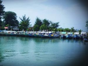 Jejeran kapal nelayan yang seakan menyambut kedatangan tamu